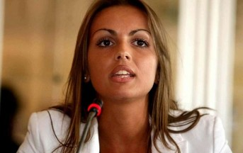 "Francesca Pascale su WhatsApp è ""Deeply in Love"""