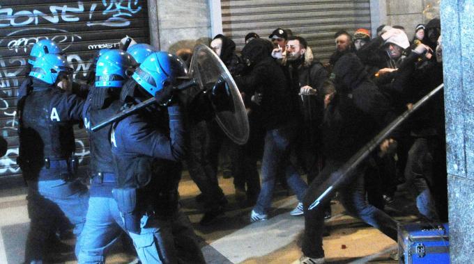 scontri roma protesta anti profughi casale san nicola