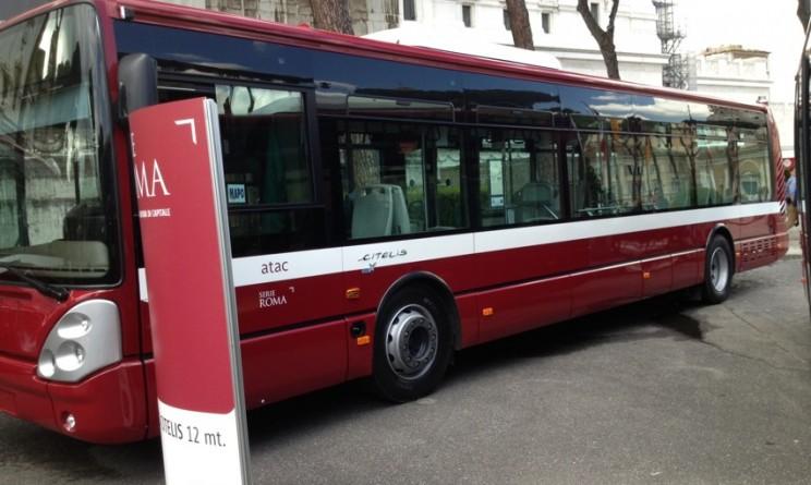 Roma, bus Atac prende fuoco in strada: i passeggeri fuggono