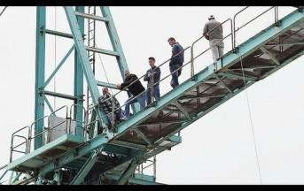 """Torino, sei operai in protesta sulla gru: """"Da mesi siamo senza stipendio"""""""