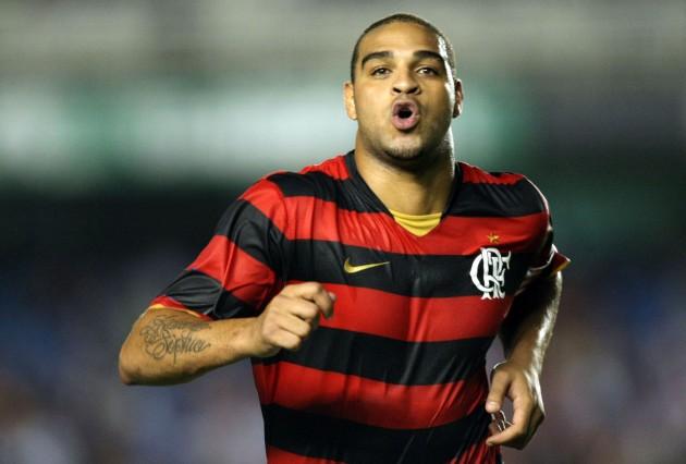 jogador do Flamengo, disputam bola com jogador do Inter durante partida realizada neste domingo (21), no Estádio do Maracanã zona norte do Rio de Janeiro, válida pelo Campeonato Brasileiro 2009.