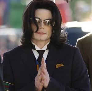Michael Jackson urinava per casa