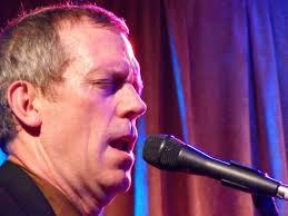 Hugh Laurie canta
