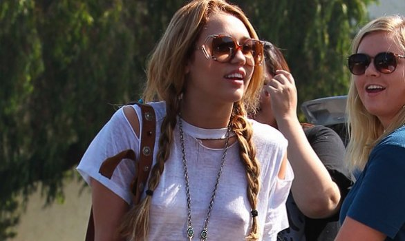 MileyCyrussenzareggiseno