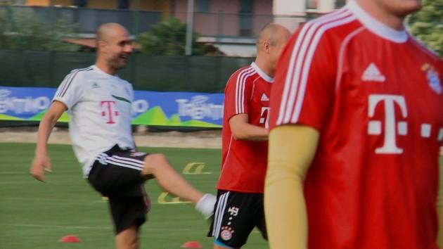 Guardiola prende a calci Robben, ma niente paura, è solo un gioco