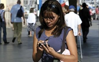 Camminare col cellulare in mano causa numerosi infortuni