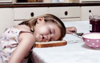 Dormire fa bene di più ai bambini perché mangiano di meno