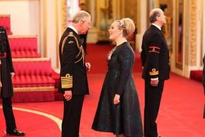 Adele cavaliere dell'Ordine Britannico2