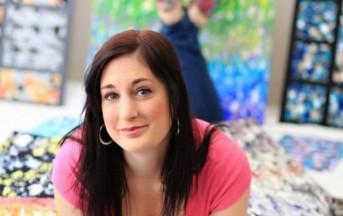 Marcey Hawk, dipinge con il seno e i suoi quadri impazzano tra le star