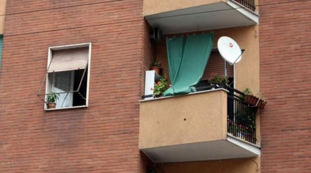 A como un bimbo cade dal secondo piano preso da a volo da - La funesta finestra ...