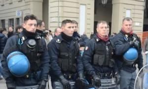 forconi polizia toglie casco