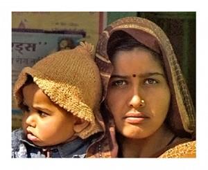 uomo conficca chiodo in testa alla moglie in India