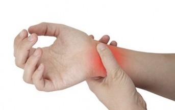 Smartphone, no a uso prolungato: causa cervicale e lesioni alla mano