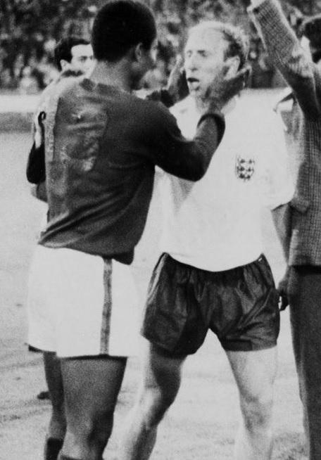 Nel 1966 complimenta Bobby Charlton dopo la semifinale persa del Mondiali
