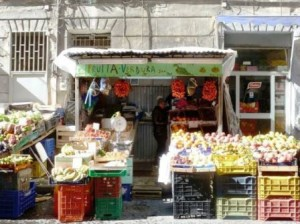 Frutta e verdura vietate in strada