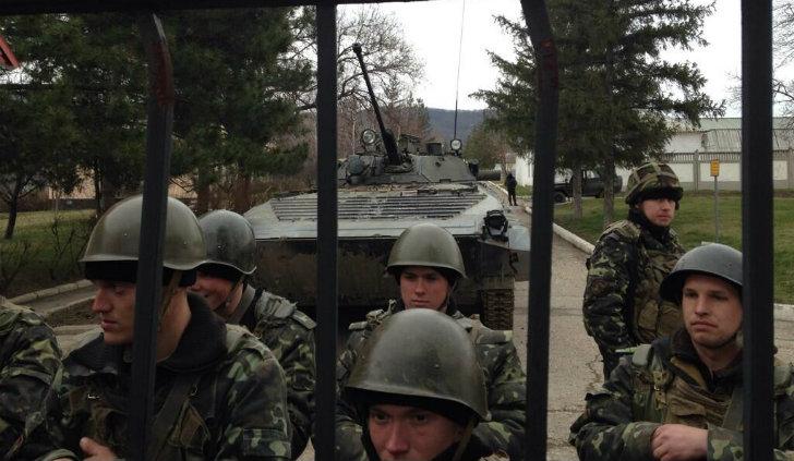 Soldati ucraini difendono la propria caserma a Perevalne