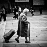 vecchietta in strada