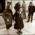 anziane fuori sagrato chiesa