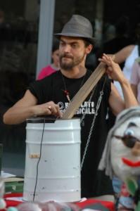 bidone metallo, legno, corde, strumento musicale riciclo
