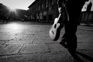 chitarra in piazza maggiore bologna