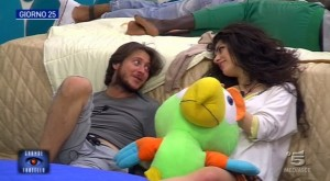 Mirco e Modestina ridono insieme sul divano