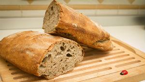 pane tagliato in due pezzi