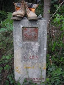 segnaletica km santiago con scarponcini rotti