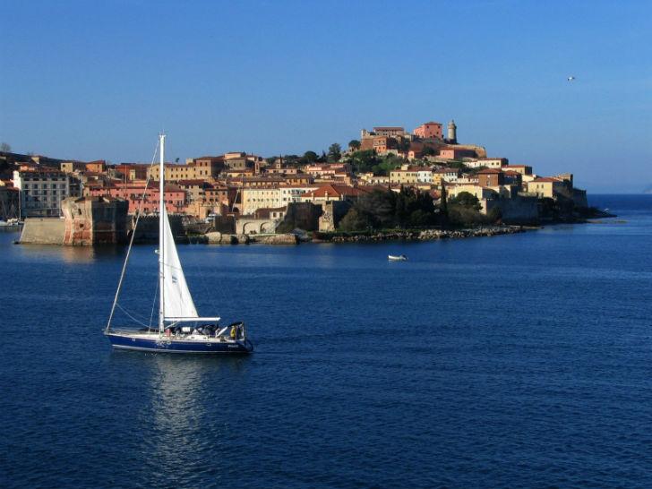barca a vela vicina alla costa