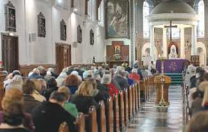 chiesa piena di fedeli