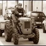 giovani sul trattore in città
