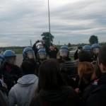 manifestanti polizia ikea
