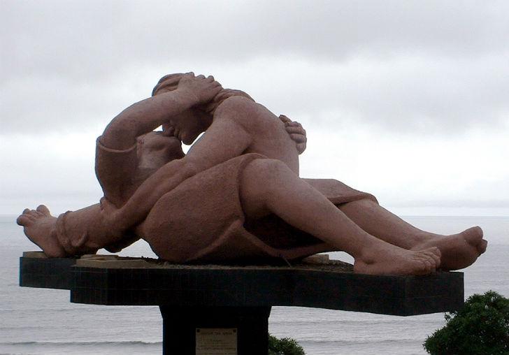 scultura bacio
