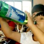 Chengng Cheng beve birra a 2 anni