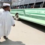 indiano cammina indietro per pace