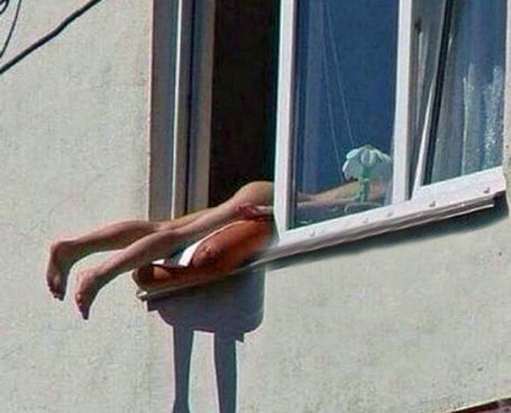 Favoloso Si sdraia nuda sul davanzale della finestra per prendere il sole e  YL95