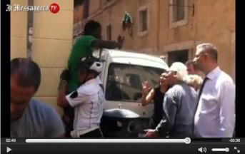 """Roma news, venditore abusivo fermato dalla polizia fa resistenza. I passanti: """"Non gli fate male"""""""