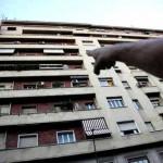 Bimba morta cadendo da balcone