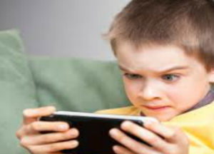 Tor Bella Monaca, non smette di giocare alla playstation il padre lo picchia e morde