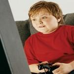 bambino non smette di giocare alla playstation il padre lo morde
