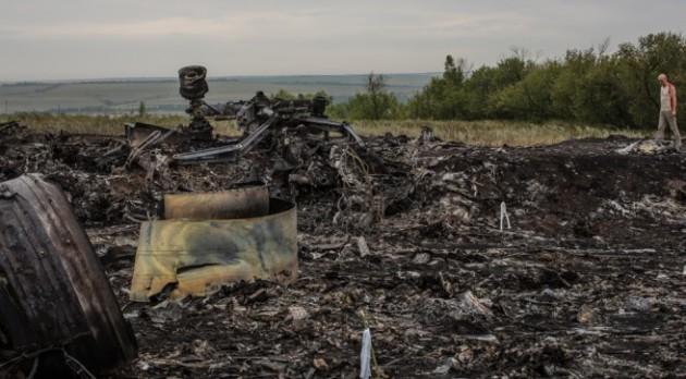 Il Boeing 777 distrutto dopo lo schianto