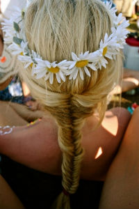 Moda capelli 2014 idee fiori tra i capelli pettinature