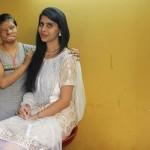 India donne deturpate dall'acido posano come modelle