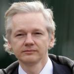 Julian Assange si consegna alle autorità
