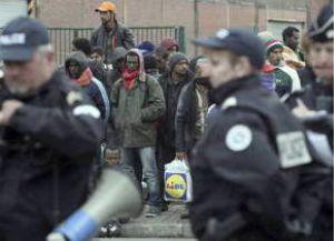 Migranti in Francia scontri con la polizia