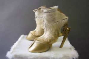 Iris Scheiferstein: le scarpe con carcasse di animali