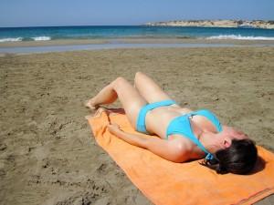 giovane in spiaggia