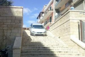 auto in bilico su scalinata a bari navigatore fa sbagliare famiglia australiana