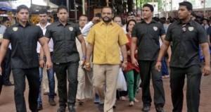 magnate indiano scortato da guardie del corpo