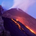 Stromboli grosso flusso di lava in mare