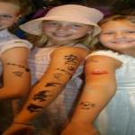 tatuaggio figlie con un rasoio caldo